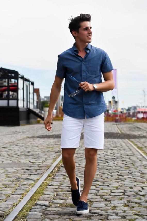 Tˆnis marinho combinado com camisa da mesma cor e bermuda branca