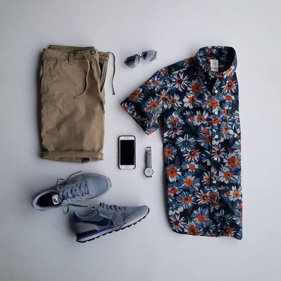Tênis cinza azulado combinado com camisa floral com detalhes na mesma cor e bermuda cáqui