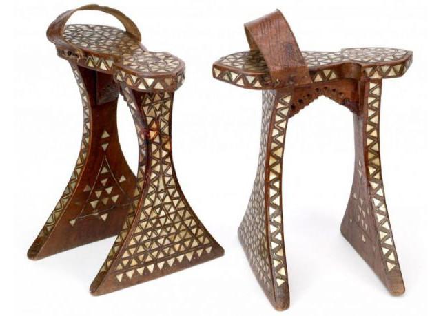 Sapatos de salto plataforma conhecidos como chopines
