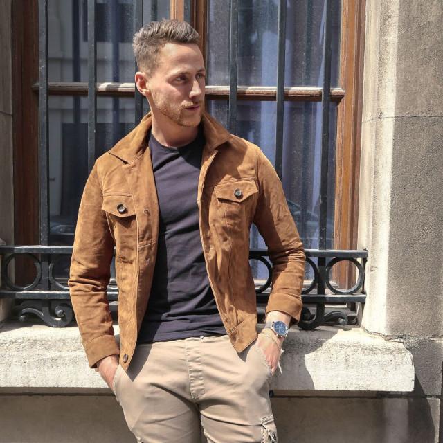 O Look Certo: Jaqueta de Suede e Calça Cargo