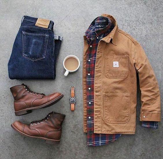 Look com chore coat, jeans e botas de couro marrom