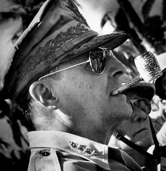 General MacArthur com Óculos Aviador da Ray-Ban