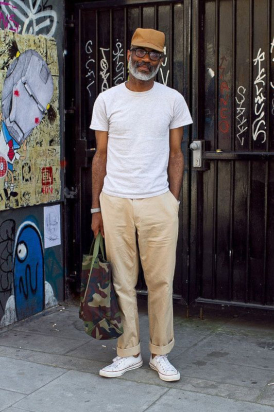 Camiseta branca, chinos creme e boné workwear caramelo - Como Usar Bonés em Looks Masculinos