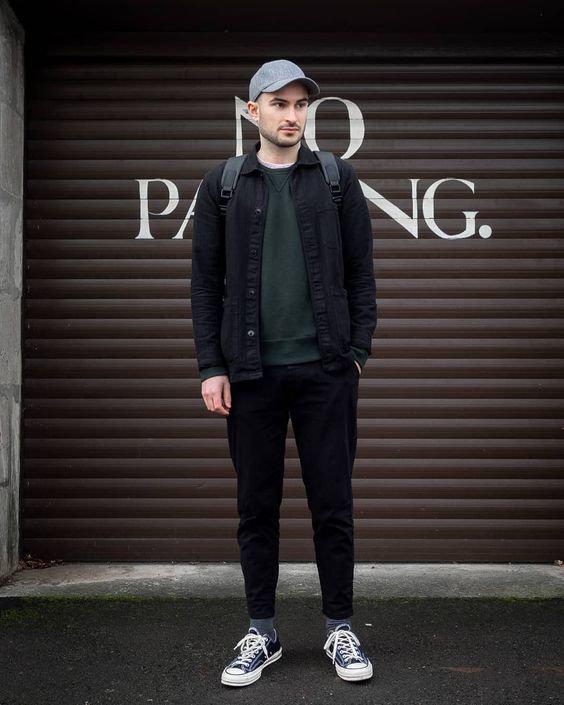Jaqueta jeans, moletom verde e boné azul claro - Como Usar Bonés em Looks Masculinos