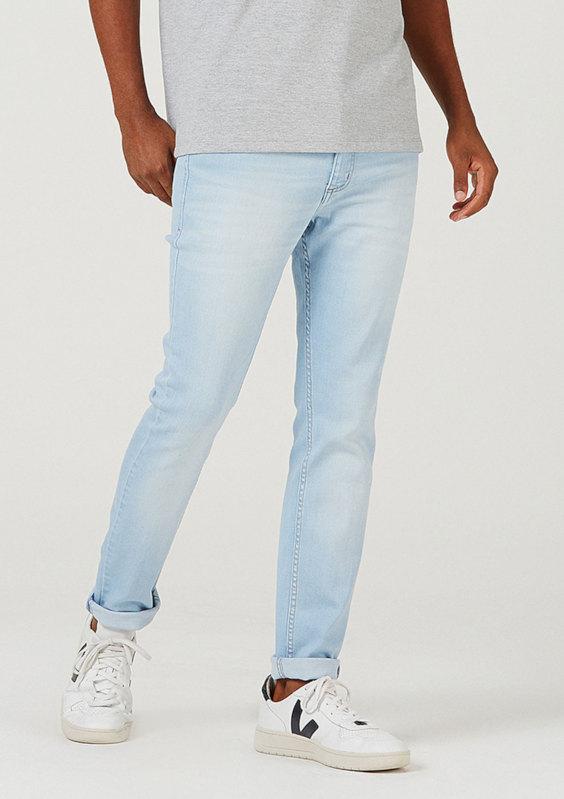 Calça jeans com lavagem clara - Tendências da Moda Masculina Para o Verão 2021