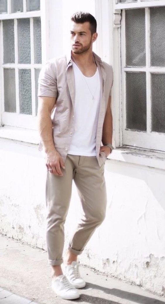 Looks Masculinos para o Réveillon - Camisa rosa lavado sobre camiseta combinada com calça cáqui