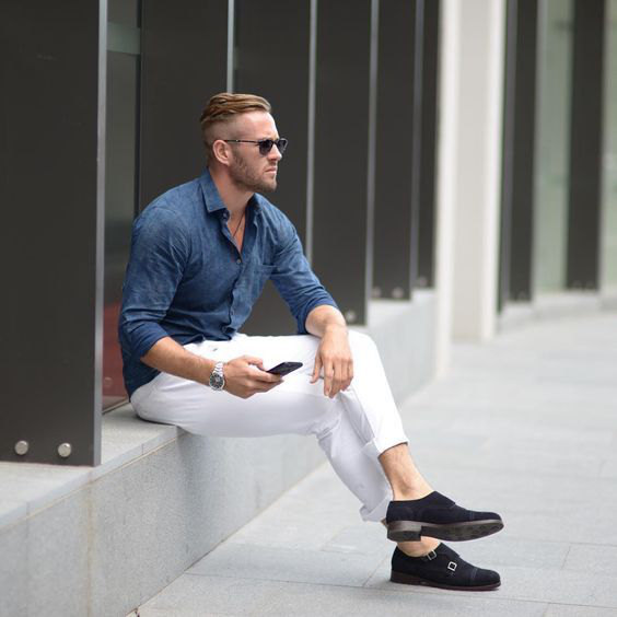 Looks Masculinos para o Réveillon - Camisa de chambrê marinho com calça branca e sapatos monk strap pretos