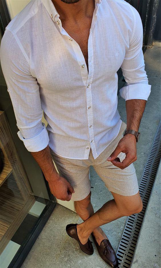 Camisa fina de linho branco pode se tornar transparente ao molhar.
