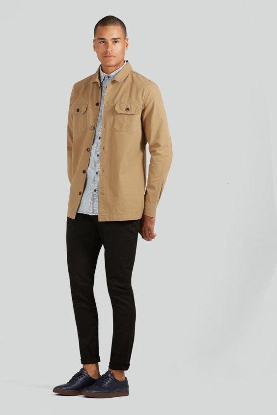 Overshirt Masculina sobre camisa leve