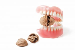 Tips for cleaning regular dentures and other dental prosthesis