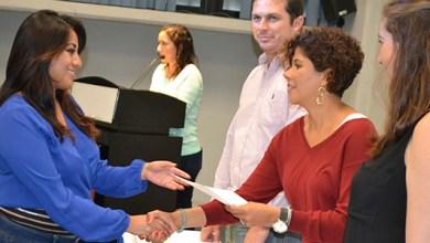 Photo of Leslie Hendricks entrega diplomas de inglés y francés a 76 estudiantes de la UT Cancún