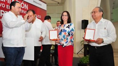 Photo of Borge entrega premio estatal al mérito administrativo