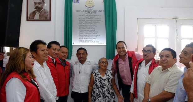 Devela @juancarrillo58 placa conmemorativa del 82 aniversario del ejido de Isla Mujeres - Cancún Mio