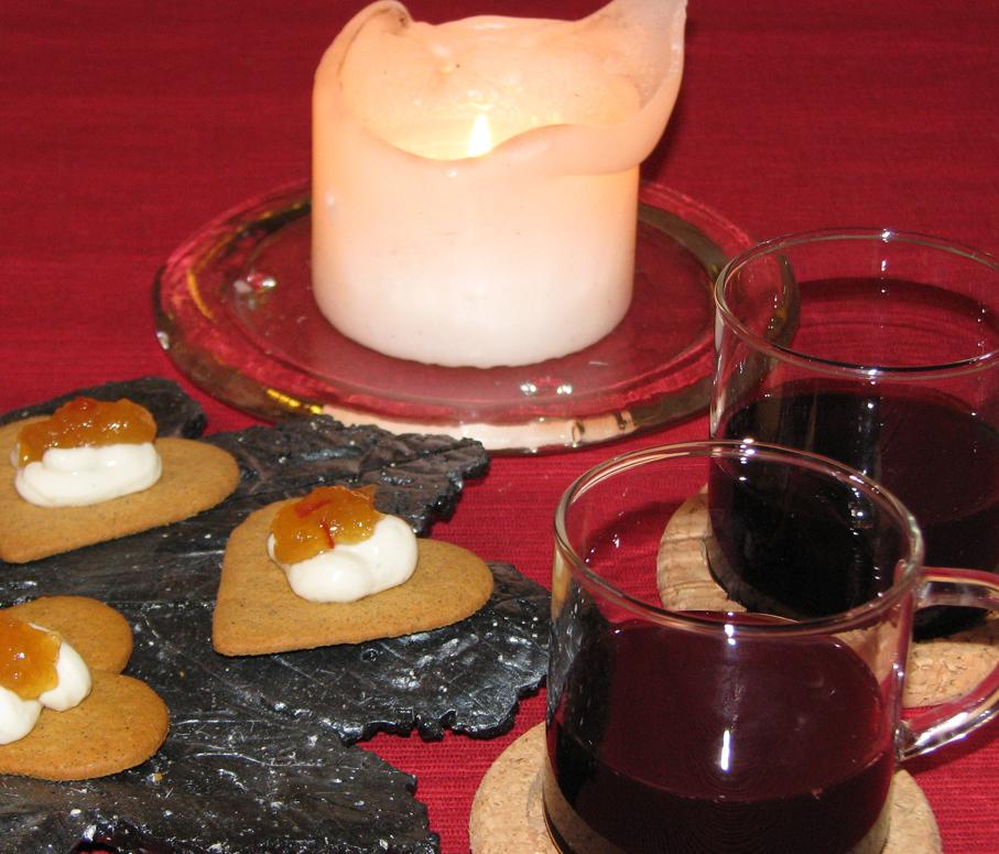 Pepparkaka med ädelostkräm & saffransmarmelad till fläderbärsglöggen passar bra till advent.