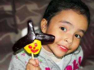 Niña con paleta de caramelo casera