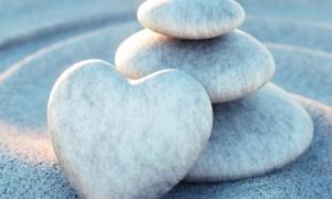 Steinturm mit Herz in Sandwellen