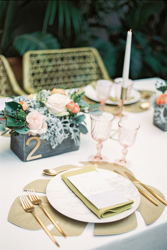Modern gold place setting. Cañigueral mesas con esencia