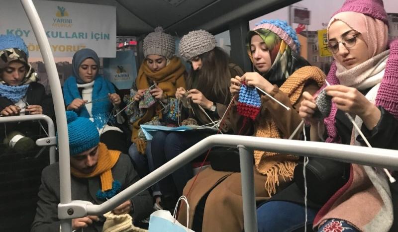 Metrobüste köylerdeki öğrenciler için örgü ördüler
