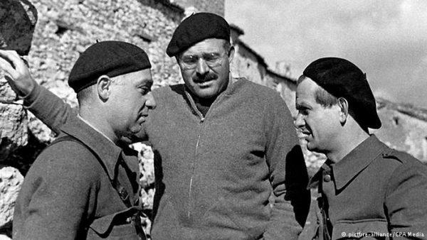 Ernest Hemmingway, centro, junto a Ilya Ehrenburg y Gustav Regler, a izquierda y derecha. Hemingway Photograph Collection