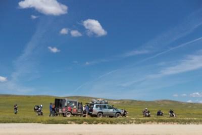 Daha önce de belirttiğim gibi Moğolistan Dağcılık ve Enduro gezginleri için güzel imkanlar sunuyor.  Destek aracı ile bir tur şirketi organizasyonu mola vermiş. Muhtemelen bir bakım var. Bisiklet ile yolculuk çok daha tehlikeli ve maceralı olabilir.