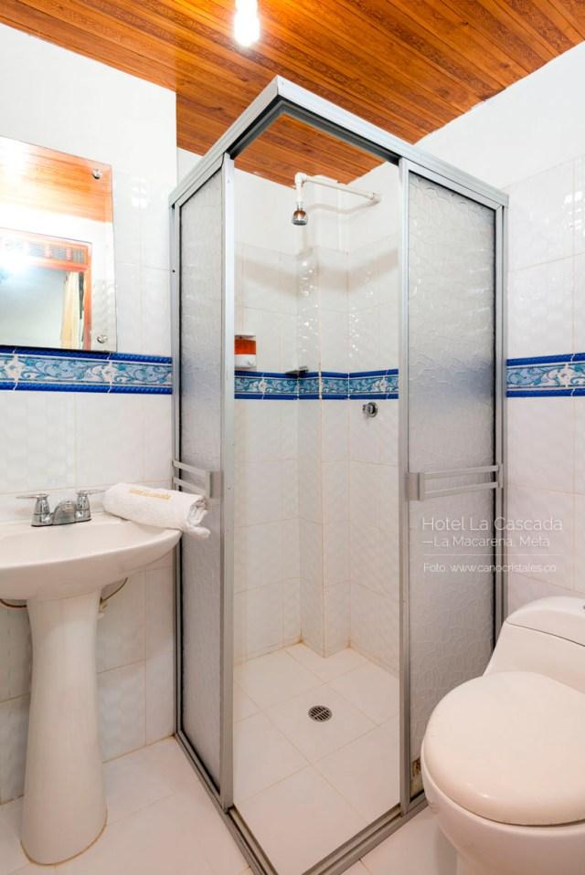 Baño pequeño, sencillo, pero limpio. Hotel La Cascada.