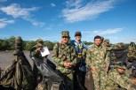Un viajero se toma fotografías con integrantes del Ejército