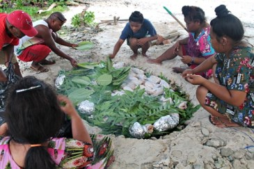 Traditional underground oven. Female counselor Rosan Bartolome, Bini Kelen, Binton Daniels, Helm, Susan Edward, and Caritha Hertin. Photo: Sealand Laiden