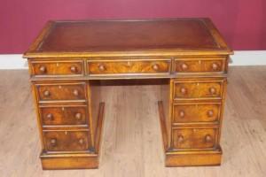 Antique Knee Loch George II Schreibtisch