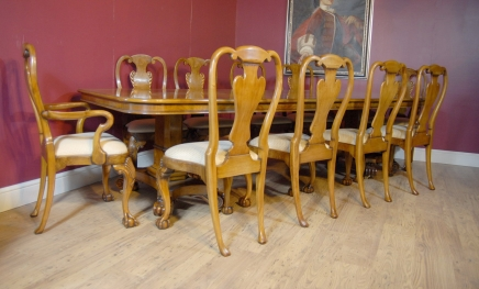 George III Walnut Dining Table & 10 Queen Anne Stoelen