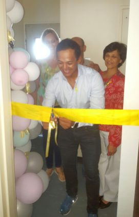 Breyten Paulse cuts ribbon