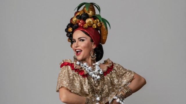 A atriz Amanda Costa vestida de Carmen Miranda