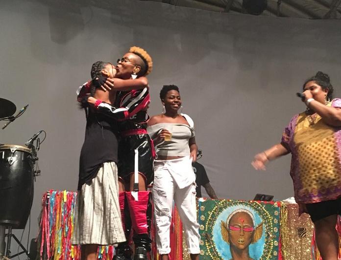 Encontro de Karol Conka e Slam das Minas no palco do Circo Voador