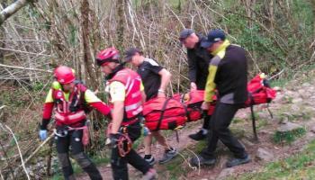 El helicóptero del Gobierno rescata a una senderista accidentada en Vega de Pas