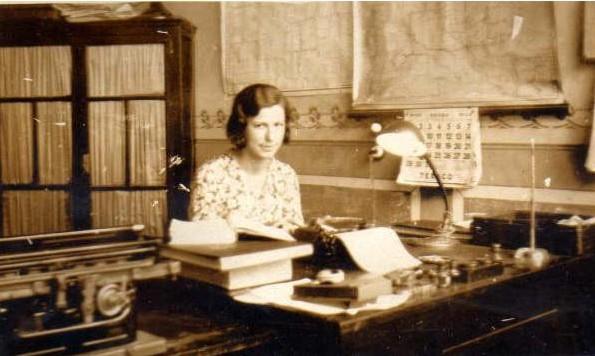 3. Angélica Echeverría de Bolla, primera bibliotecaria. Década del '30.