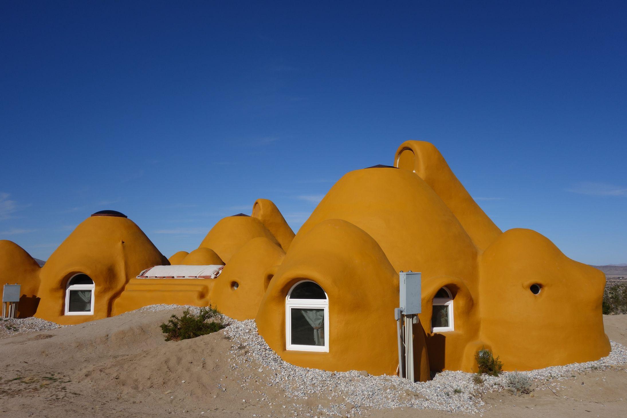 Projet Bonita Domes : Constructions en sac de terre selon la technique de CalEarth