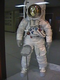 Annexe 17 le matriel Apollo en exposition les scaphandres EVA
