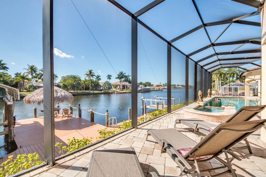 Überdachter Pool mit Blick auf einer der schönen Wasserstraßen in Cape Coral