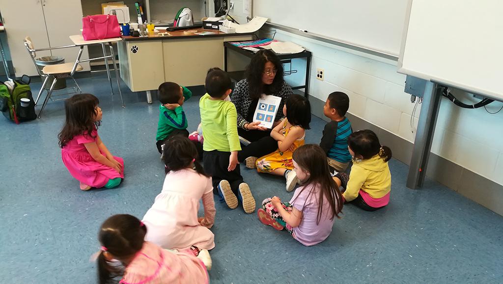 中文学前班戴志芳老师与同学生互动