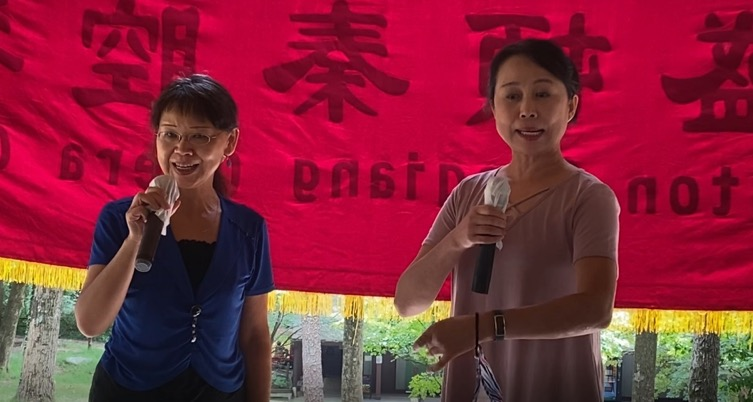 A couple of women holding microphones Description automatically generated with low confidence