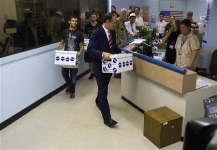 Former New York Governor Eliot Spitzer (C) delivers signatures to the board of elections office in New York July 11, 2013. REUTERS/Eric Thayer