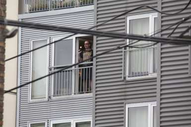 A standoff suspect shouts at police from the Marq building above E Denny Way (Images: CHS(
