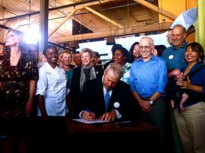 Mayor Mike McGinn signing the sick leave legislation into law at 12th Ave's Plum Bistro in 2011 (Image: CHS)