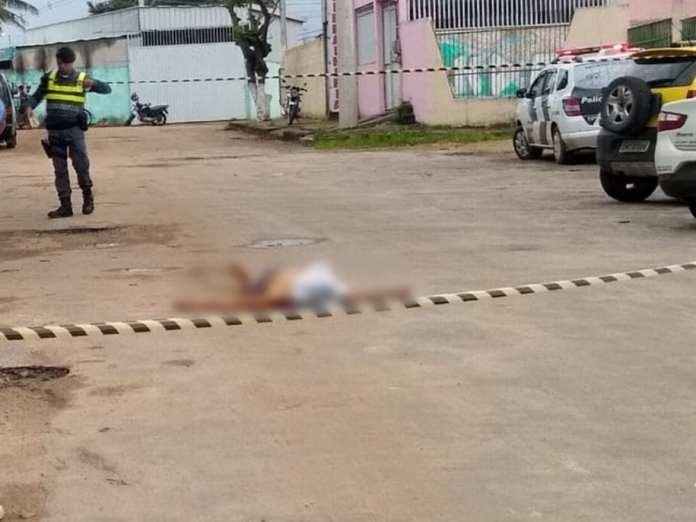 Garoto é morto no meio da rua enquanto caminhava com a mãe