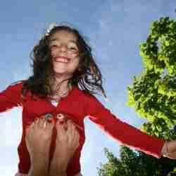 Yoga parent/enfant sous les arbres