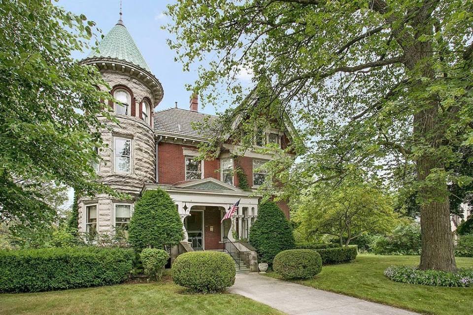 1897 Victorian Mansion In Manitowoc Wisconsin