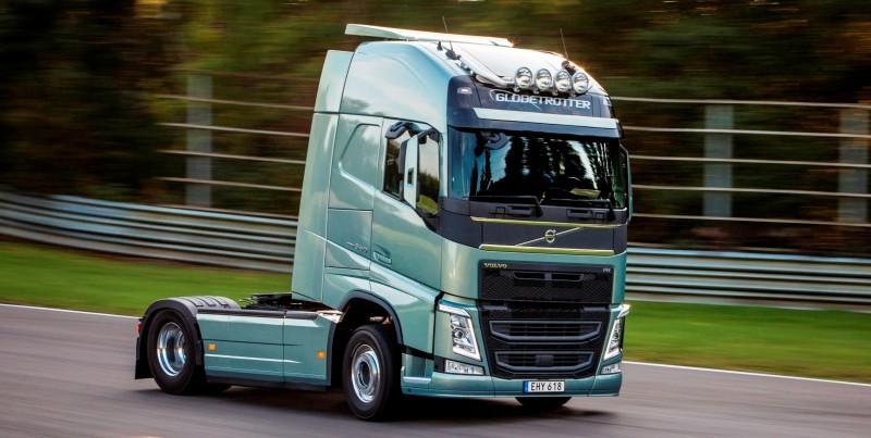 Fifth Gear's Tiff Needell Presents - Volvo FH Truck vs Koenigsegg One1 12