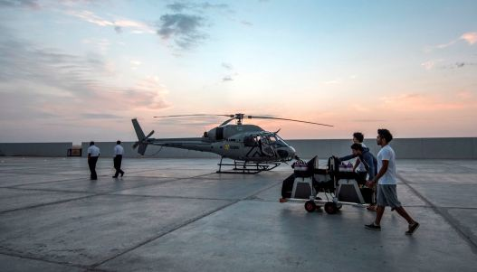 Picture_Credit__Anthony_Cullen_AJC5649-Preparing_the_helicopter_for_the_race_at_dawn