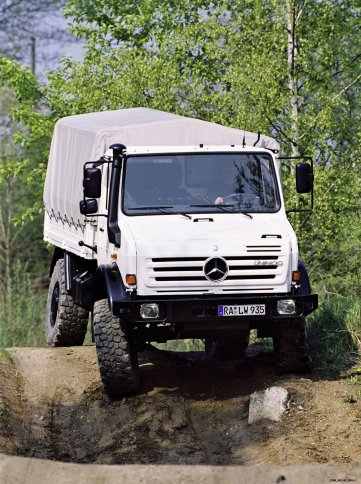 U437.4: 2002 folgte die hochgeländegängige Baureihe 437.1. Sie ist derzeit das Maß aller Dinge was die Geländegängigkeit von Radfahrzeugen angeht, verbunden mit den Unimog-Tugenden: Robustheit, Zuverlässigkeit, Langlebigkeit. U437.4: The outstandingly mobile off-road product range 437.1 followed in 2002. It is still the measure of all things as far as off-road mobility for wheeled vehicles is concerned, combined with other Unimog virtues such as sturdiness, reliability and long lifespan.