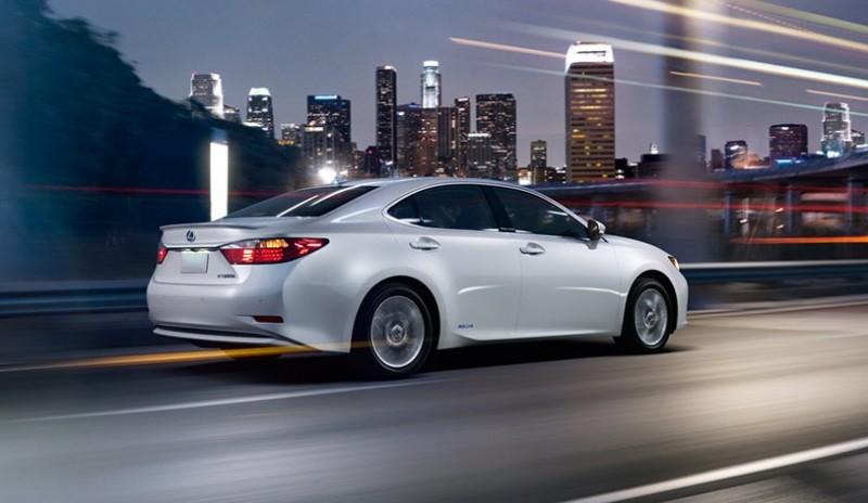ES-hybrid-exterior-starfire-pearl-action-overlay-1204x677-LEXESHMY140006-2014-Lexus