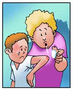 Una mamma sta disinfettando una ferita sul gomito del figlio.